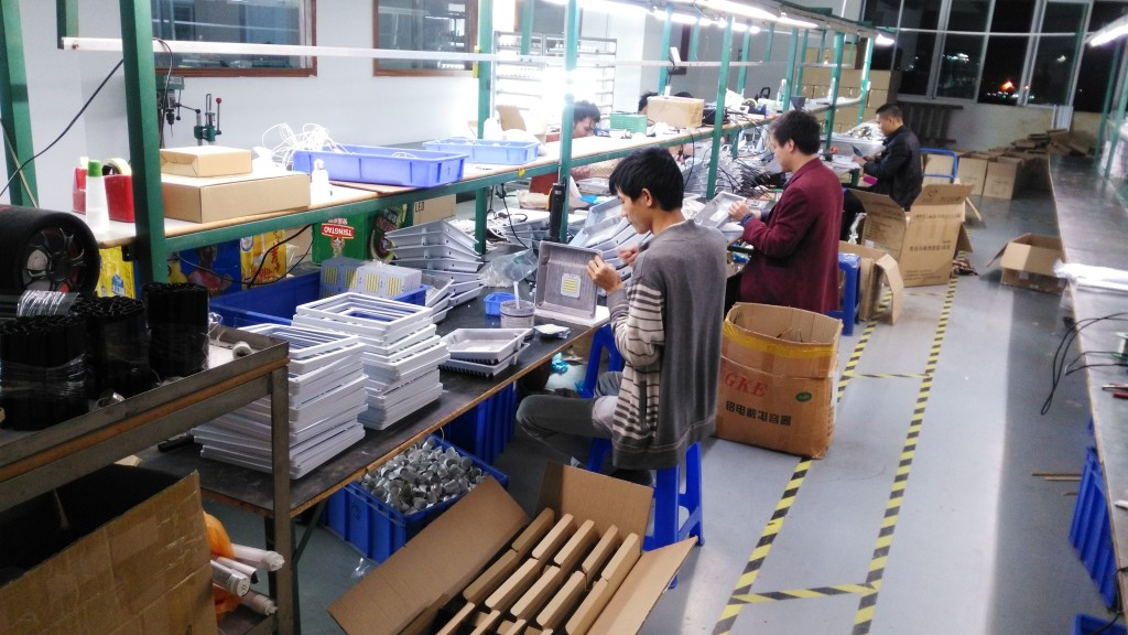 100W White housing SMD led flood light in production line