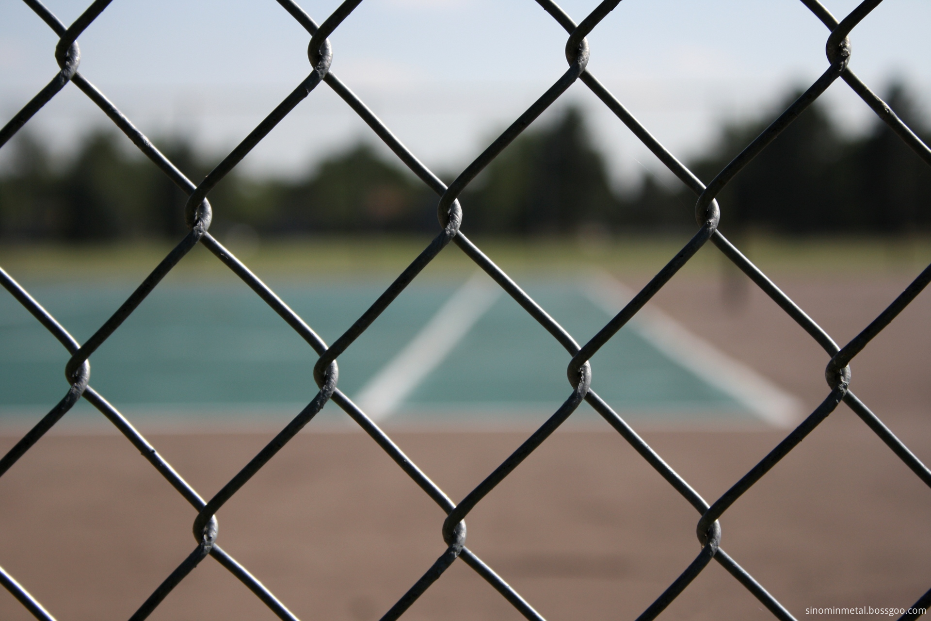 chain_link_fence_with_tennis_court