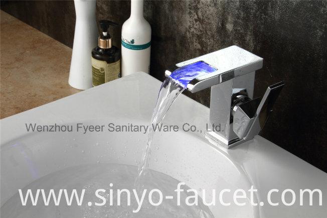 High Quality Single Handle LED Brass Waterfall Basin Faucet (QT14510F)